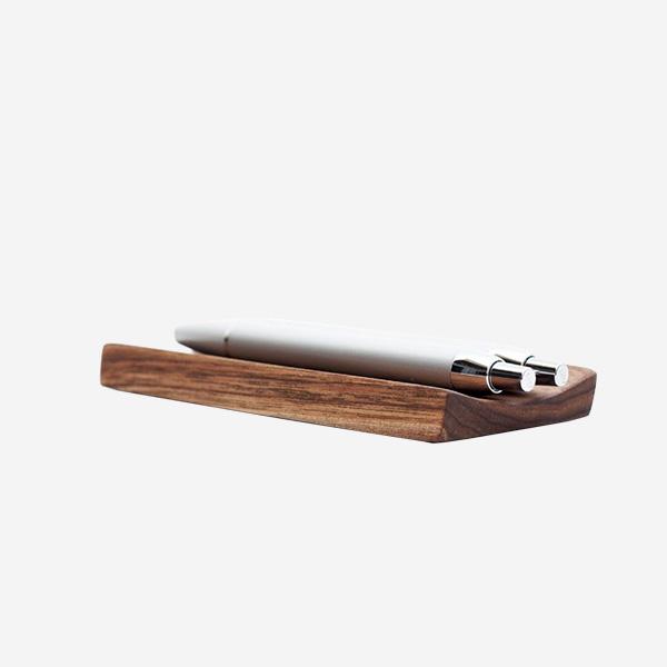 Dřevěná designová Podložka na tužky - ořechové dřevo - DESIGN JANOŠÍK